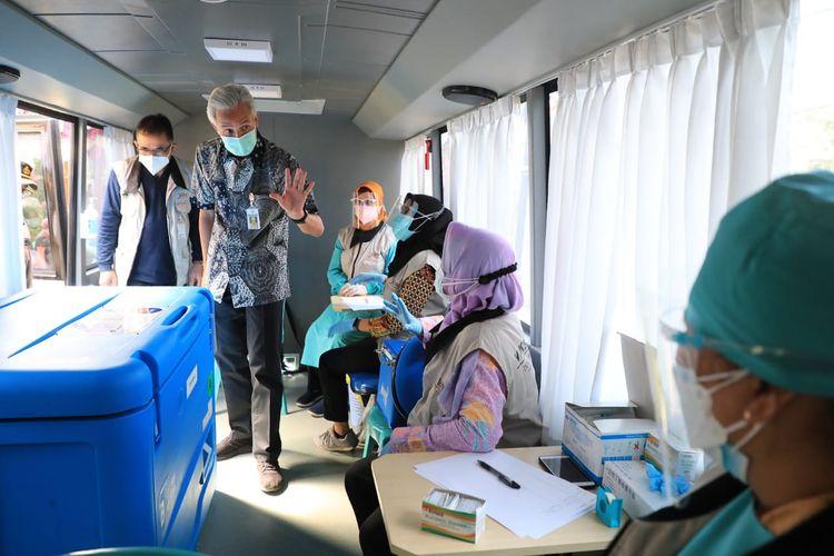 Gubernur Jawa Tengah (Jateng) Ganjar Pranowo saat meluncurkan dua bus vaksin milik Dinas Kesehatan (Dinkes) Jateng di Desa Karangrejo, Kecamatan Borobudur, Magelang, Rabu (8/9/2021).