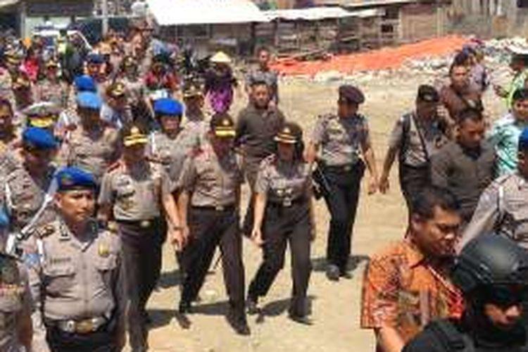 Kapolri Jendral Tito Karnavian saat mengunjungi kampung nelayan di Kelurahan Tambaklorok, Kota Semarang, Jumat (5/8/2016).