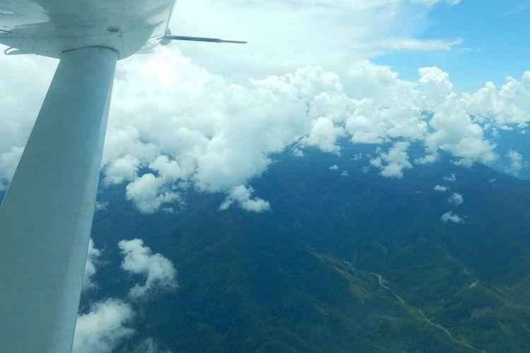 Pemandangan bentang alam Papua Barat dilihat dari pesawat perintis.
