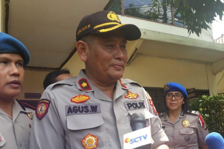 Kapolsek Ciracas Kompol Agus Widar saaat diwawancarai di Polsek Ciracas Jakarta Timur, Jumat (14/12/2018)