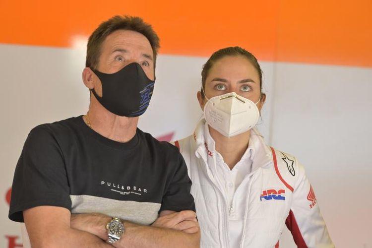 Koordinator tim Repsol Honda, Eva Wiggelendam (kanan).