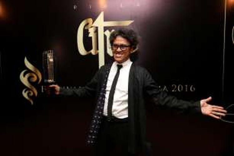 Riri Riza menerima piala Citra sebagai Sutradara Terbaik dalam Festival Film Indonesia 2016 di Teater Besar Taman Isamil Marzuki, Jakarta Pusat, Minggu (6/11/2016). Ia meraih penghargaan itu melalui film Athirah.