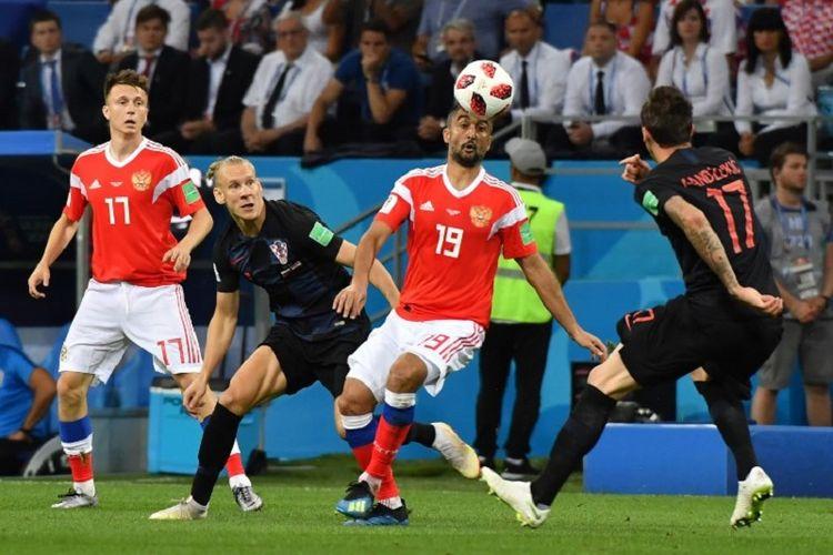 Gelandang Rusia, Alexander Samedov, mendapatkan kawalan dari bek Kroasia, Domagoj Vida, pada pertandingan babak 8 besar atau perempat final Piala Dunia 2018 di Stadion Olimpiade Fisht, 7 Juli 208.