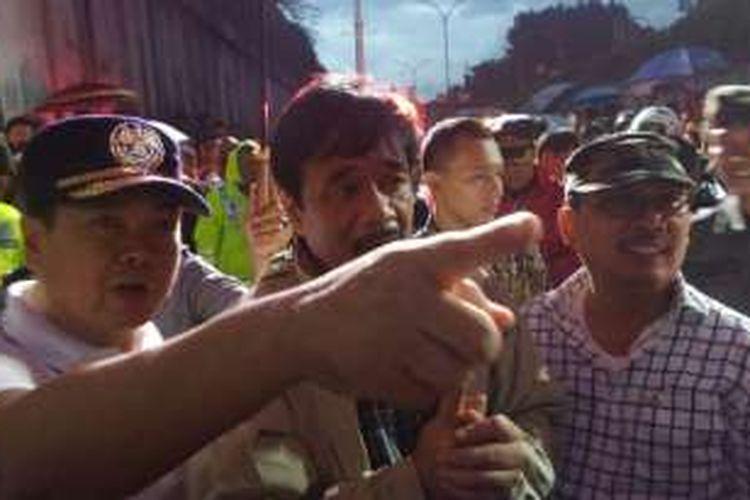 Wakil Gubernur DKI Djarot Saiful Hidayat meninjau jembatam penyebrangan orang yang rubuh di Pasar Minggu, Sabtu (24/9/2016).