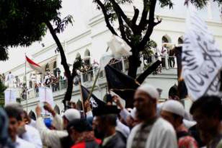 Massa Front Pembela Islam bersiap melakukan longmarch dari Masjid Al-Azhar menuju ke Mabes Polri di Jakarta Selatan, Senin (16/1/2017). Mereka menuntut agar Kapolri Jenderal Pol Tito Karnavian mencopot Kapolda Jawa Barat Irjen Anton Charliyan dari jabatannya karena dianggap membiarkan pecahnya kerusuhan antara FPI dan LSM GMBI di Bandung, Jawa Barat pada pekan lalu.