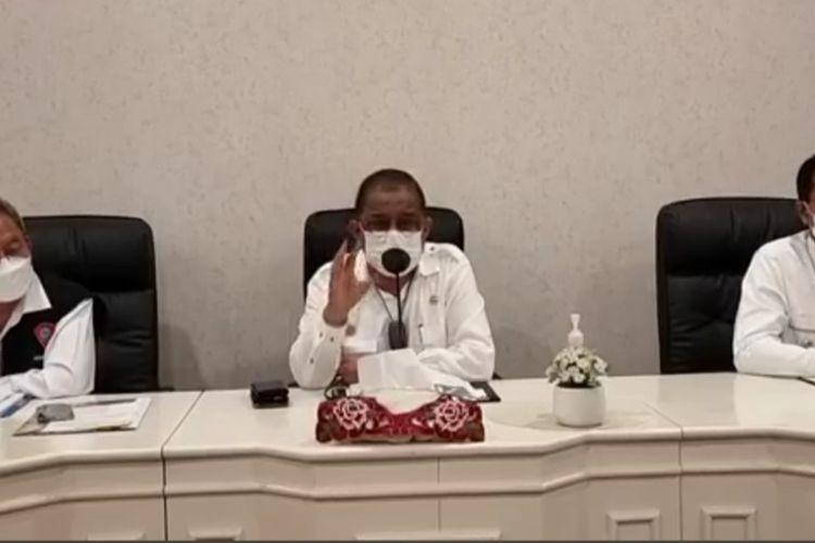 Wali Kota Ambon Richard Louhenapessy didampingi Wakil Wali Kota Ambon Syarif Hadler dan Sekretaris Kota Ambon, Anthony Gustav Latuheru saat memberikan keterangan kepada wartawan, Selasa (21/9/2021)