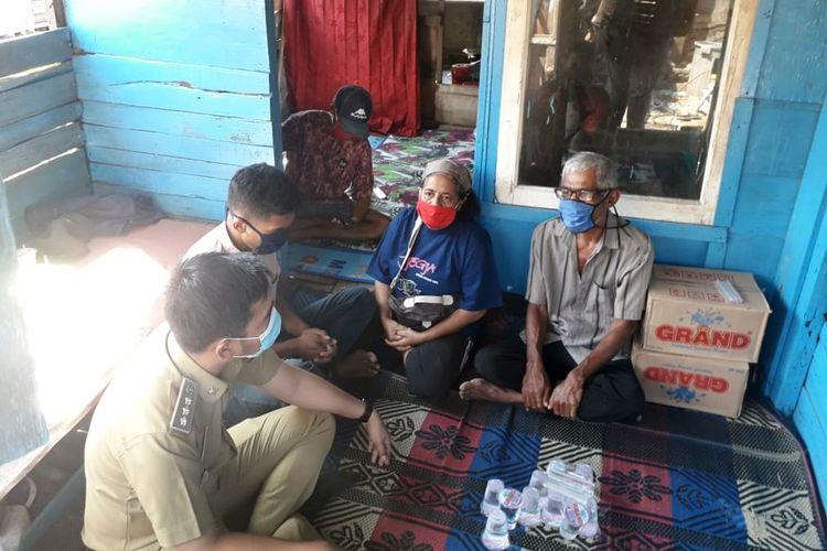 Saprudin (57) warga Bandar Lampung (masker biru) meminta bantuan pemerintah untuk bisa memulangkan jenazah istrinya, Puji Astuti yang meninggal saat bekerja sebagai buruh migran di Malaysia.