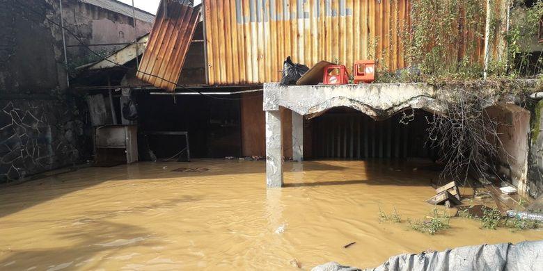 Banjir merendam sebuah bangunan di Jalan Raya Kalibata, Cililitan, Jumat (26/4/2019).