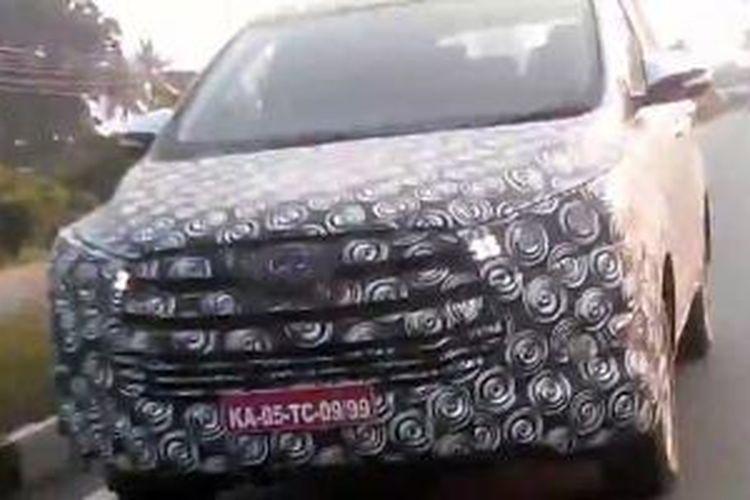 Kamuflase Toyota Innova di India. DRL tidak bisa disembunyikan.