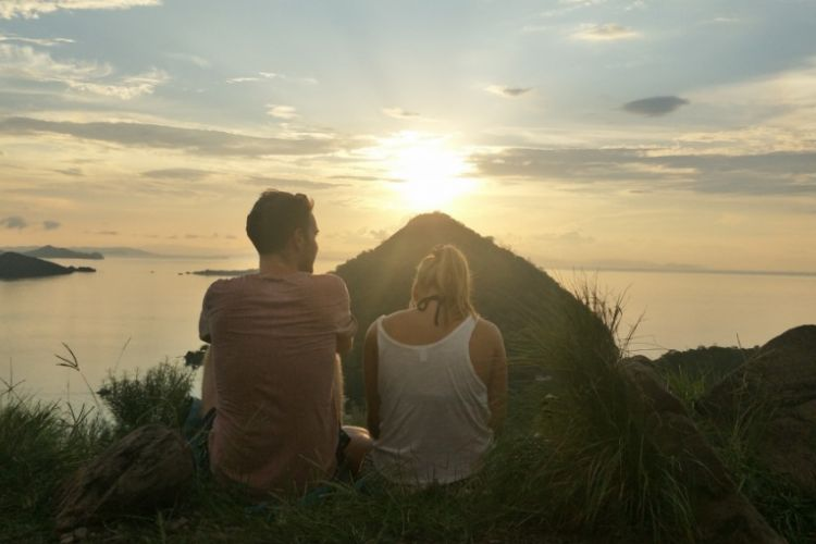 Wisatawan asing menikmati keindahan senja di Bukit Cinta, Labuan Bajo, Nusa Tenggara Timur, Jumat (15/2/2019).