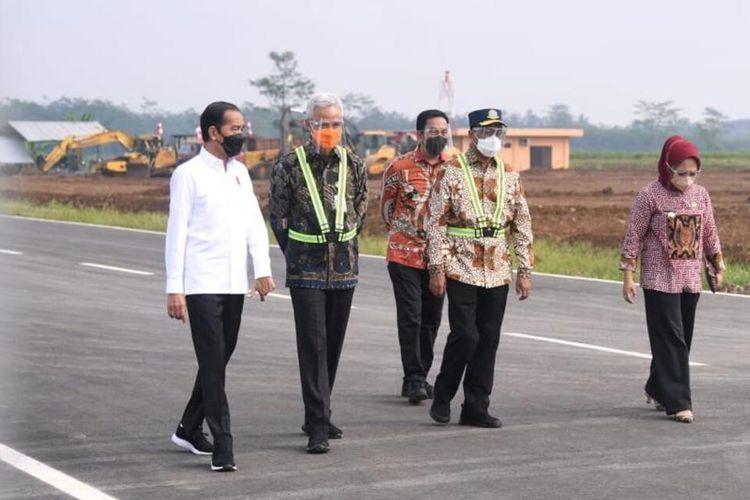 Presiden Joko Widodo meninjau lokasi Bandara Jenderal Besar Soedirman, Purbalingga, Jawa Tengah, Jumat (11/6/2021).