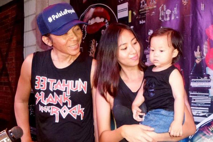 Drummer Slank, Bimbim bersama sang istri Reni Setiawan dan putranya Maomettano Luke Almuchzumi saat diabadikan di gang Potlot, Duren Tiga, Jakarta Selatan, Selasa (7/2/2017).