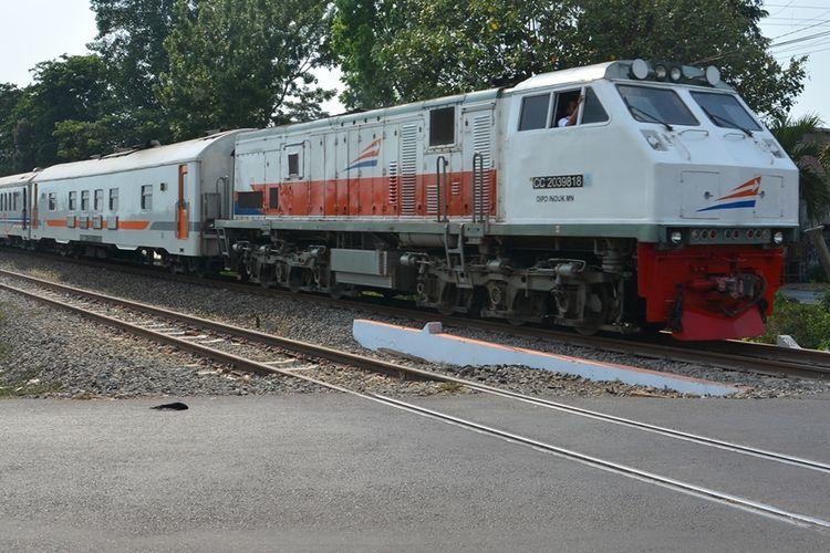 Penampakan jalur ganda KA di sebelah barat Stasiun Kereta Api Jombang. Jalur ganda kereta api atau rel KA ganda pada segmen Jombang - Baron di wilayah kerja PT KAI Daerah Operasi (Daop) 7 Madiun siap dioperasikan.