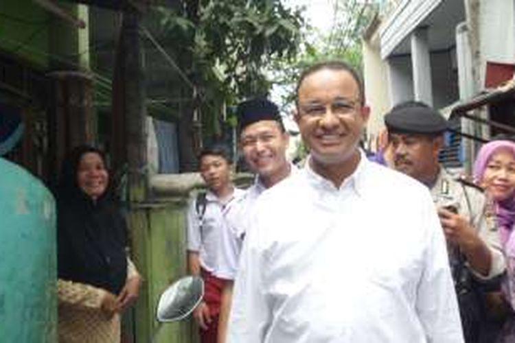 Calon gubernur DKI Jakarta nomor pemilihan tiga, Anies Baswedan, menyapa warga saat berkunjung ke Kelurahan Rawa Badak Utara, Kecamatan Koja, Jakarta Utara, Selasa (8/11/2016).