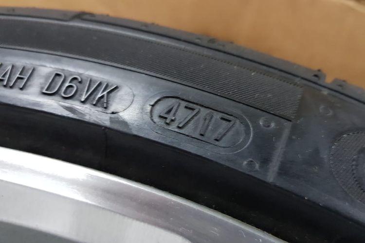 Ilustrasi kode produksi pada ban mobil, untuk mengetahui usia ban.