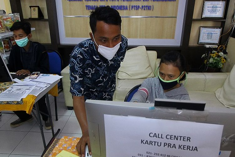 Petugas mendampingi warga yang melakukan pendaftaran calon peserta Kartu Prakerja di LTSA-UPT P2TK di Surabaya, Jawa Timur, Senin (13/4/2020). Pemprov Jawa Timur membuka 56 posko yang tersebar di 38 kabupaten/kota di Jawa Timur untuk memberikan pelayanan dan pendampingan kepada masyarakat yang terdampak COVID-19 dalam mendaftar program Kartu Prakerja. ANTARA FOTO/Moch Asim/wsj.