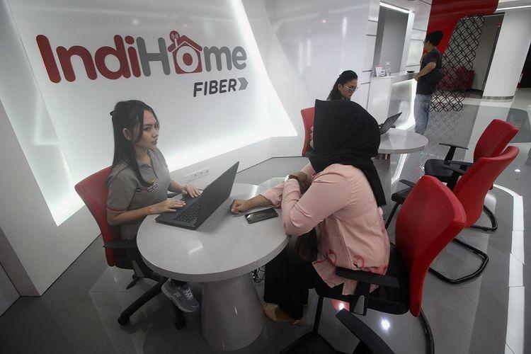 Petugas melayani pelanggan yang berkonsultasi di sela acara Peluncuran Plasa Telkom Digital Mergoyoso di Surabaya, Jawa Timur, Senin (16/4/2018).