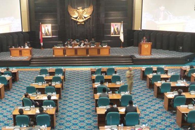 Rapat paripurna DPRD DKI Jakarta dengan agenda penyampaian pandangan umum fraksi-fraksi terhadap Raperda tentang Kepariwisataan dan Raperda tentang Pelestarian Kebudayaan Betawi, di Gedung DPRD DKI, Selasa (16/6/2015)