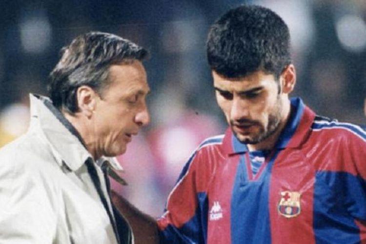 Guardiola sedang mendengarkan instruksi dari Johan Cruyff, saat keduanya masih berada di Barcelona.
