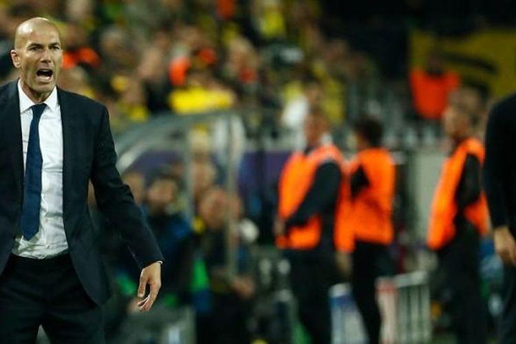 Pelatih Real Madrid, ZInedine Zidane, berteriak memberikan instruksi kepada pemainnya dalam laga Liga Champions di kandang Borussia Dortmund, Selasa (27/9/2016).