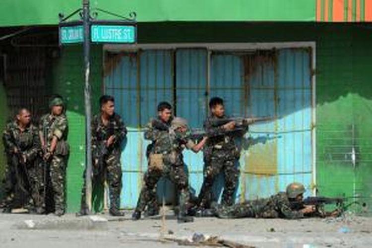 Pasukan Filipina menembaki posisi pemberontak MNLF yang bertahan di permukiman penduduk di sekitar kota Zambonga, Filipina Selatan. Krisis bersenjata ini sudah berlangsung lima hari sejak pasukan pemberontak MNLF menyusup ke kota Zamboanga dan mencoba menguasai balai kota.