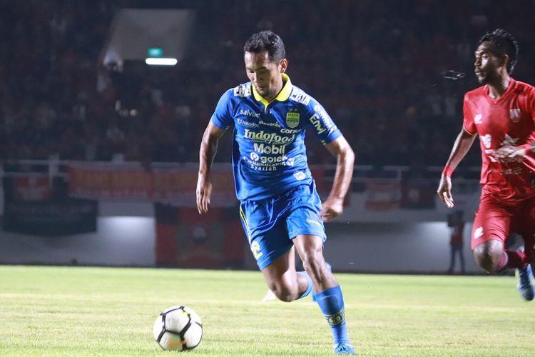 Penyerang Persib Bandung, Beni Oktovianto menguasai bola dalam laga uji coba Persis Solo vs Persib Bandung, Sabtu (15/2/2020).