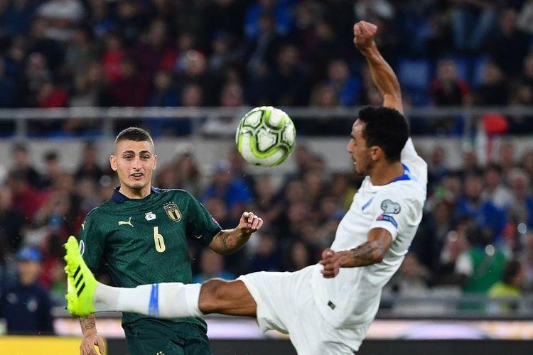 Carlos Zeca menahan laju tendangan Marco Verratti dalam laga Italia vs Yunani pada lanjutan kualifikasi Euro 2020 di Stadion Olimpico, 12 Oktober 2019.