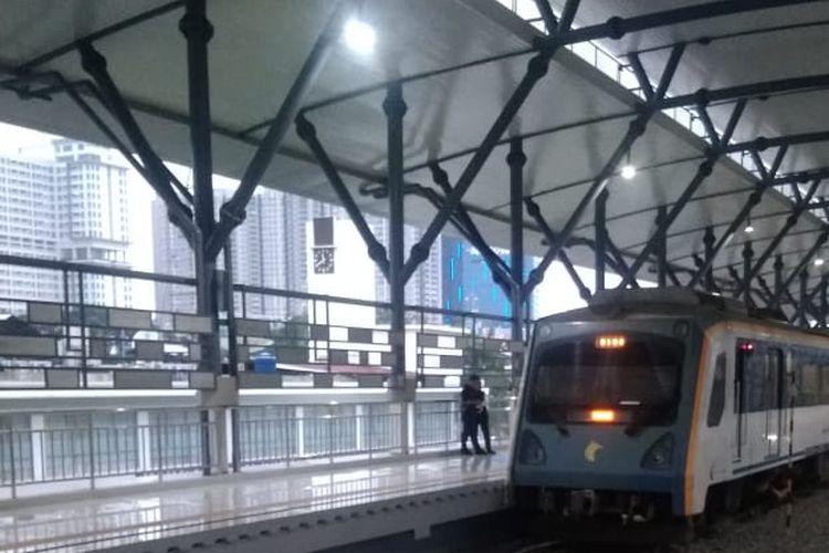 Kereta Api (KA) Bandara Kualanamu Medan melintasi jalur layang KA yang baru beroperasi 1 Desember 2019.