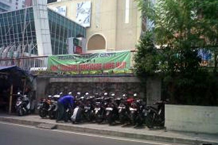 Parkir Liar Masih Ada   Puluhan motor masih memarkirkan kendaraannya di lahan trotoar jalan Kebon Kacang di depan pusat perbelanjaan Thamrin City.Kompas.com/Ummi Hadyah Saleh