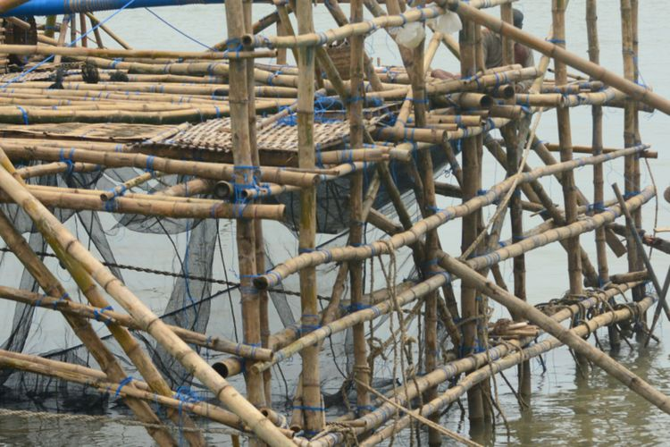 Sebagian nelayan di Pamekasan membuat rumah bagan ikan terapung di saat cuaca ekstim. Rumah bagan ikan ini menjadi alat penangkapan ikan yang ramah yang sudah turun temurun digunakan oleh nelayan Madura.