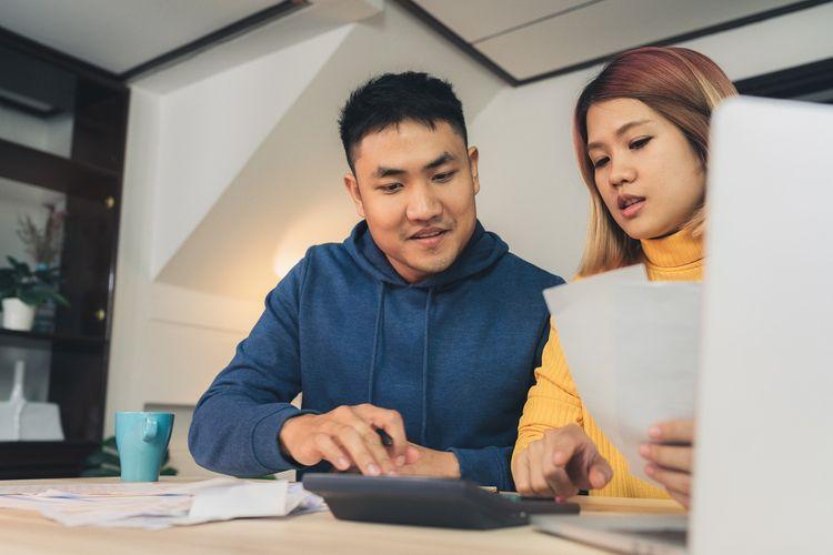 Ilustrasi pasangan berhitung anggaran rumah tangga