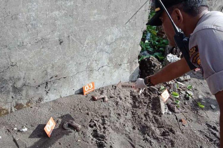 Aparat kepolisian di Kabupaten Takalar, Sulawesi Selatan tengah menggelar olah tempat kejadian perkara (TKP) di lokasi penemuan potongan tubuh manusia. Sabtu, (14/3/2020).