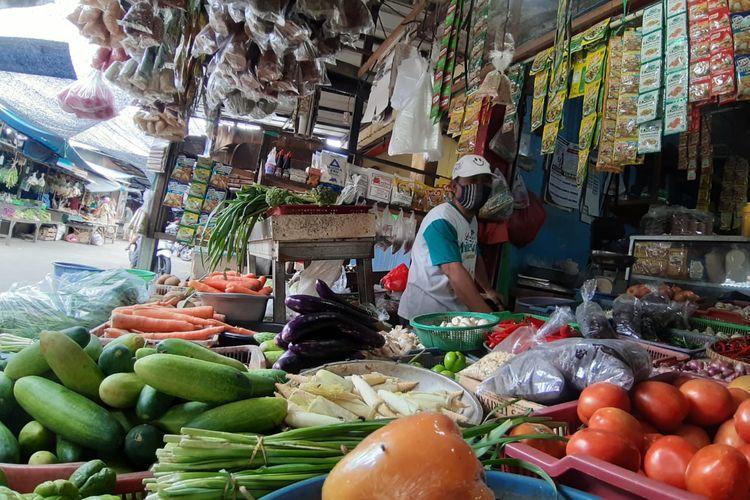 Yohanes (58), seorang pedagang sayuran di wilayah Pasar Bukit Pamulang, Tangerang Selatan Senin (4/1/2021).