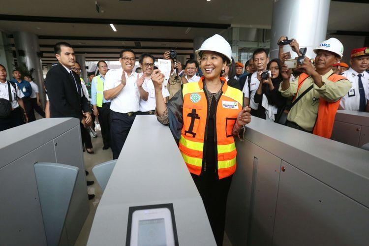 Menteri BUMN Rini Soemarno saat melakukan uji coba kereta bandara di Stasiun Bandara Soekarno-Hatta, Selasa (28/11/2017). Kereta Bandara diperkirankan akan resmi beroperasi pada awal bulan Desember 2017 mendatang