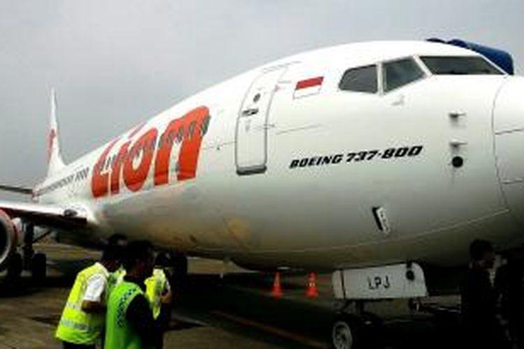 Pesawat Lion Air B737-800 terparkir di run way Bandara Internasional Soekarno-Hatta, Tangerang, Rabu (19/8/2015)