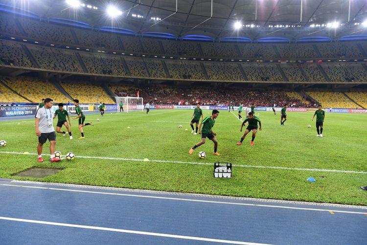 Para pemain Timnas U-16 Indonesia menjalani pemanasan jelang pertandingan melawan Vietnam di Stadion Bukit Jalil, 24 September 2018.