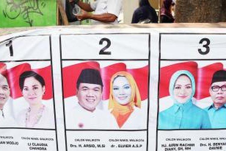 Spanduk berisi gambar tiga pasangan calon wali kota dan wakil wali kota Tangerang Selatan terpampang di salah satu sudut Kecamatan Pondok Aren, Tangerang Selatan, Banten, Selasa (1/12).
