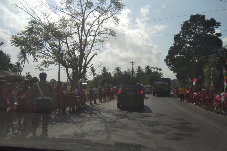 Kunjungan Presiden Joko Widodo (Jokowi) ke Kupang, NTT, Rabu (21/8/2019). Tampak para pelajar SD hingga SMA berjejer sepanjang jalan sembari mengibarkan bendera merah putih kecil.