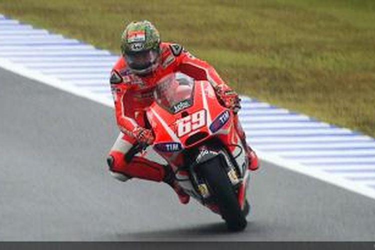Pebalap Ducati asal Amerika Serikat, Nicky Hayden, melaju di Sirkuit Twin Ring Motegi pada sesi kualifikasi GP Jepang, Sabtu (26/10/2013).