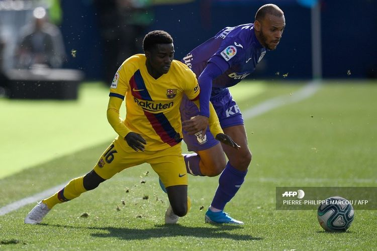 Penyerang Leganes, Martin Braithwaite, berduel dengan bek Barcelona, Moussa Wague, pada laga Liga Spanyol di Estadio Municipal Butarque, Leganes, pada 23 November 2019.
