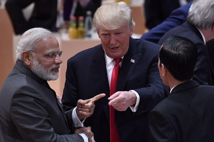 Perdana Menteri India Narendra Modi, Presiden AS Donald Trump, dan Presiden Indonesia Joko Widodo (kiri ke kanan) berbincang bersama pada hari kedua KTT G20 di Hamburg, Jerman, Sabtu (8/7/2017). Sebelumnya, Presiden Joko Widodo menjadi pembicara pada Leaders Retreat KTT G20 atau G20 sesi I mengenai terorisme, Jumat 7 Juli siang waktu setempat.