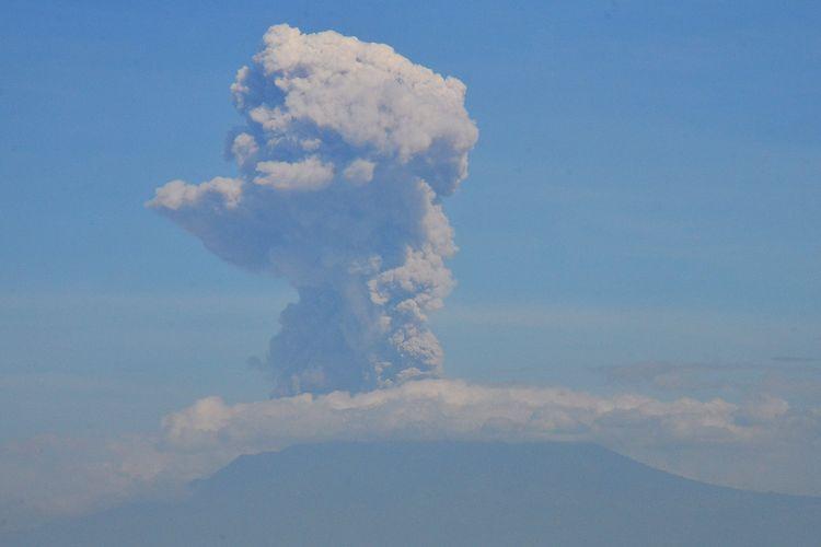 Erupsi Gunung Merapi terlihat dari Kismoyoso, Ngemplak, Boyolali, Jawa Tengah, Minggu (21/6/2020). Gunung Merapi mengalami erupsi pada pukul 09.13 WIB dengan aplitudo 75 mm, dengan durasi letusan 328 detik dan tinggi kolom erupsi kurang lebih 6.000 meter dari puncak.