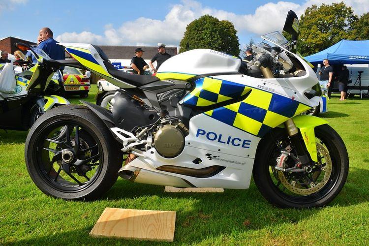Moge polisi di Indonesia tidak ada yang menggunakan motor sport full fairing.