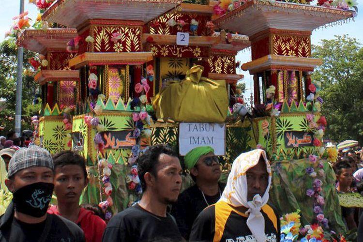 Tabot diarak menuju pemakaman umum Karbela di Kota Bengkulu, Provinsi Bengkulu, Kamis (14/11/2013). Di Kota Bengkulu, ritual tabot ini dilakukan pada tanggal 1-10 Muharam setiap tahunnya. Ritual ini dilakukan untuk memperingati wafatnya cucu Nabi Muhammad SAW, Husein, di Padang Karbala.