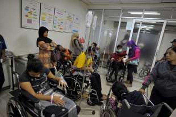 Pasien rawat inap yang menunggu mendapatkan ruang perawatan memenuhi ruang tunggu instalasi gawat darurat Rumah Sakit Umum Daerah (RSUD) Cengkareng, Jakarta Barat, Rabu (3/2).