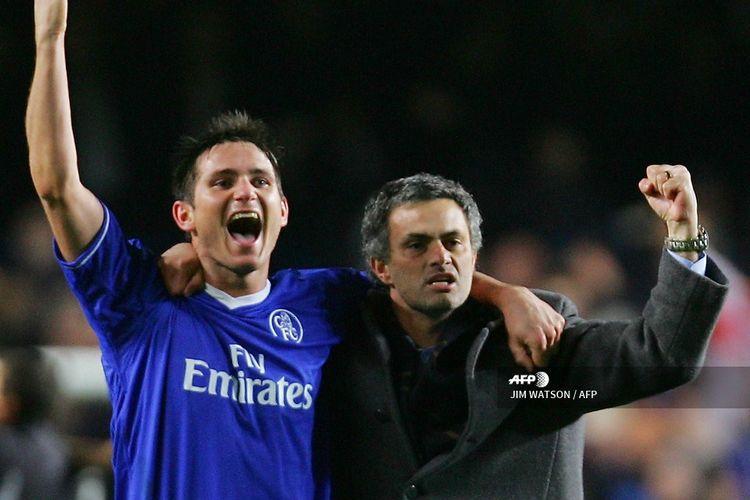 Jose Mourinho dan Frank Lampard merayakan kemenangan Chelsea atas Barcelona pada laga leg kedua babak 16 besar Liga Champions di Stamford Bridge, London, pada 8 Maret 2005.