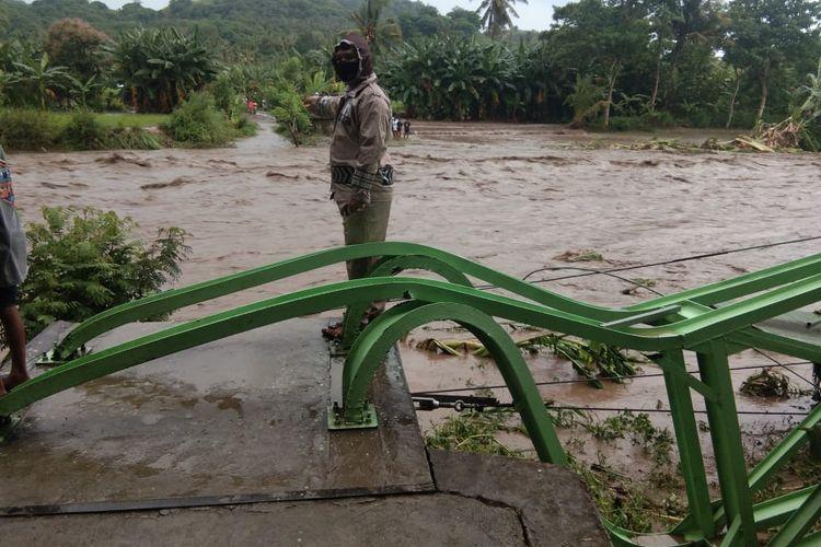 Foto : Hujan deras mengguyur Kabupaten Sikka, mengakibatkan jembatan gantung Arawawo di kali Wajo, Desa Khorobhera putus, Kecamatan Nego, disapu banjir bandang, Minggu (17/1/2020).