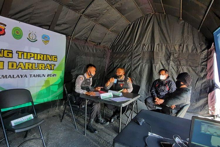 Sidang di tempat bagi pelanggar protokol kesehatan selama PPKM Darurat di Kota Tasikmalaya, Jawa Barat. Sidang digelar oleh Hakim Pengadilan Negeri Tasikmalaya secara virtual di Taman Kota Tasikmalaya, Selasa (6/7/2021).