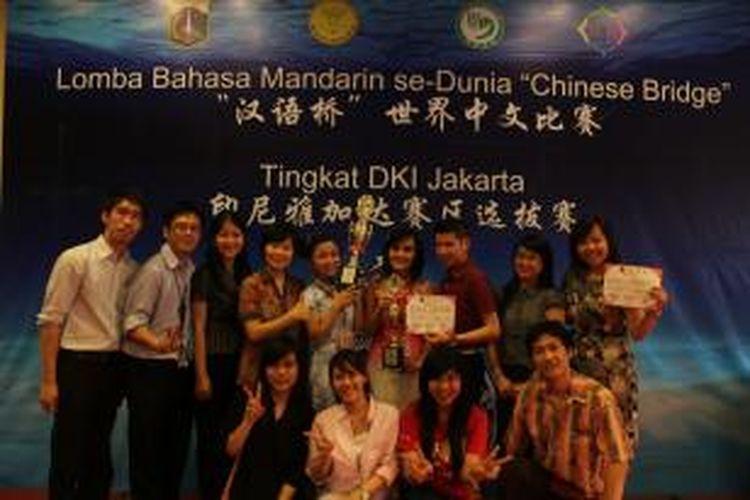 Para mahasiswa jurusan Sastra China Binus University pada Lomba Chinese Bridge 2013 DKI Jakarta. Juara 1 Lomba Hanyuqiao 2013 untuk DKI Jakarta ini diraih Fifi Winata, sedangkan Juara 2 Lomba Hanyuqiao 2013 untuk DKI Jakarta diraih Gavrila.