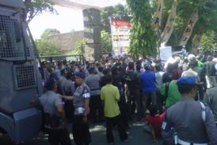 Massa yang mengatasnamakan Forum Peduli Konstitusi berunjuk rasa di kantor KPU Kota Kediri, Jawa Timur, Rabu (5/9/2013), untuk meminta Pemilihan Wali Kota Kediri yang belangsung pada 29 Agustus 2013 diulang.